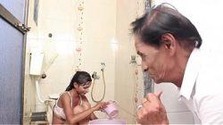 Отец и дочь в ванной
