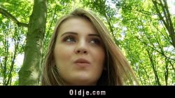 Бесплатно трое незнакомы людей в лесу